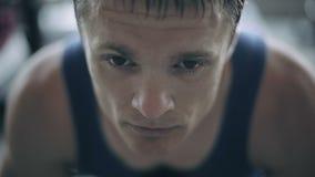 Portret męski trener w gym z bliska zbiory wideo