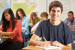 Portret Męski ucznia studiowanie Przy biurkiem W sala lekcyjnej Zdjęcia Royalty Free