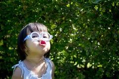 Portret mała śliczna dziewczyna ma dobrego czas Zdjęcia Stock