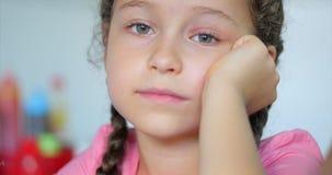 Portret mała śliczna dziewczyna patrzeje kamerę zbiory