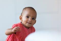 Portret mała amerykanin afrykańskiego pochodzenia mała dziewczynka ono uśmiecha się - czerń Obrazy Stock
