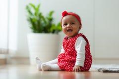 Portret mała amerykanin afrykańskiego pochodzenia mała dziewczynka ono uśmiecha się - czerń Zdjęcie Stock