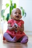 Portret mała amerykanin afrykańskiego pochodzenia mała dziewczynka trzyma wiszącą ozdobę zdjęcia royalty free