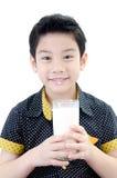 Portret Mała azjatykcia chłopiec pije szkło mleko zdjęcia stock
