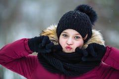 Portret mała dziewczynka grymasy twarz plenerowy przy zimą zdjęcia stock