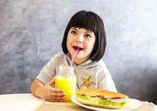 Portret mała dziewczynka ma śniadanie w domu Fotografia Royalty Free
