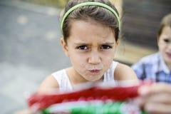 Portret mała dziewczynka na łódkowatym pokładzie fotografia stock