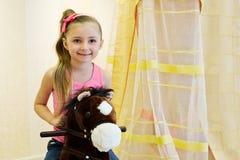 Portret mała dziewczynka na hobbyhorse fotografia royalty free