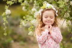 Portret mała dziewczynka outdoors w luksusowym ogródzie fotografia royalty free