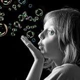 Portret mała dziewczynka z mydlanymi bąblami Fotografia Royalty Free