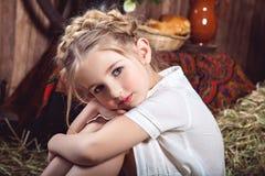 Portret mała dziewczynka z warkoczami, wieśniaka styl Obrazy Stock