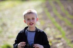 Portret mała przystojna poważna śliczna blond chłopiec z śmieszną un fotografia stock