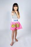 Portret mała szczęśliwa azjatykcia śliczna dziewczyna w tajlandzkim boksu mundurze Zdjęcie Stock