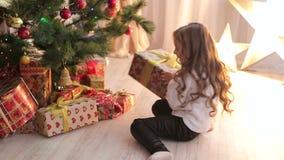 Portret mała szczęśliwa dziewczyna z Bożenarodzeniowymi prezentami zbiory