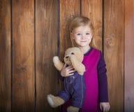Portret mała uśmiechnięta dziewczyna z zabawka niedźwiedziem Fotografia Royalty Free