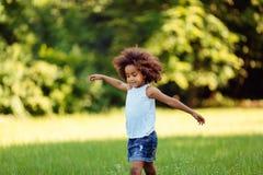 Portret małej dziewczynki odprowadzenie w naturze obrazy royalty free