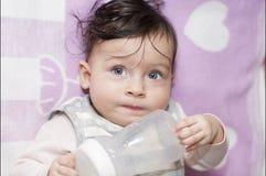 Portret małej dziewczynki zakończenie up podczas gdy posiłek zdjęcie stock