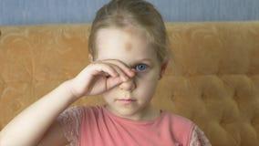 Portret Mały błękitnooki dziewczyny dziecko z blondynów uśmiechami zbiory