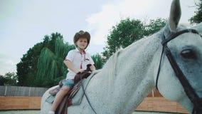 Portret mały kowboj na purebred koniu 4K zdjęcie wideo