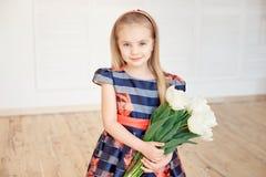Portret mały uśmiechnięty dziewczyny dziecko w kolorowej sukni obraz stock