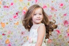 Portret mała dziewczynka na kwiecistym tle Zdjęcia Stock