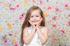 Portret mała dziewczynka na kwiecistym tle Zdjęcie Stock