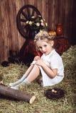 Portret mała dziewczynka w biel sukni z warkoczami Zdjęcia Royalty Free