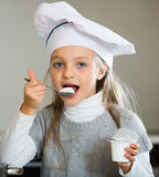 Portret mała dziewczynka z białą kwaśną śmietanką indoors Zdjęcia Royalty Free