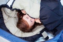 Portret małej dziewczynki lying on the beach W Sypialnej torbie Fotografia Royalty Free
