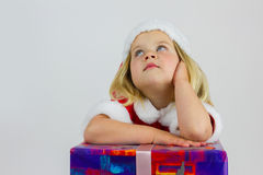 Portret marzycielki dziewczyna w czerwonej nowy rok nakrętce Obrazy Royalty Free