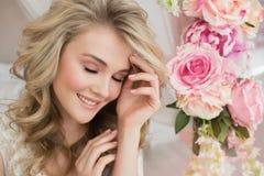 Portret marzycielska beautuful młoda dziewczyna z kwiatem w żywym pokoju Obrazy Stock
