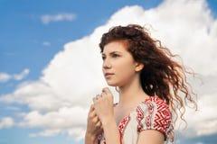 Portret marzycielska dziewczyna na niebieskiego nieba tle Zdjęcia Royalty Free