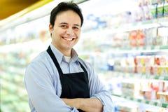 Szczęśliwy pracownik w sklepie spożywczy Zdjęcia Royalty Free