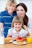 Portret matka i jej dzieci w domu Zdjęcie Royalty Free