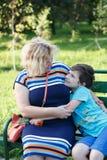 Portret matka ono uśmiecha się outdoors szczęśliwy syn i Obrazy Stock