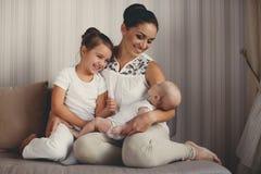 Portret matka z dwa dziećmi w domu Zdjęcia Royalty Free