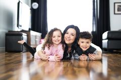 Portret matka z jej dwa dziećmi w domu obrazy stock