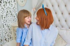 Portret matka z jej mały córki śmiać się Obrazy Royalty Free