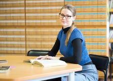 Portret Mądry uczeń W bibliotece Zdjęcie Stock