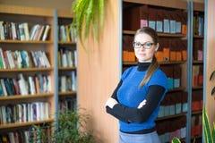Portret Mądry uczeń W bibliotece Obrazy Royalty Free
