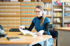 Portret Mądry uczeń W bibliotece Zdjęcie Royalty Free