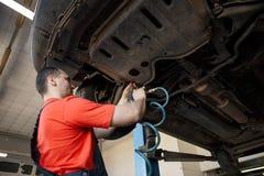 Portret mechanik zamienia koło obraz stock