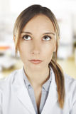 Portret medyczny kobiety główkowanie przy szpitalem Fotografia Royalty Free