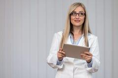 Portret Medyczny pracownik Z Pozytywną postawą Zdjęcia Royalty Free