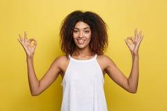 Portret medytuje piękna spokojna młoda amerykanina afrykańskiego pochodzenia czerni kobieta z Afro fryzury ćwiczy joga indoors, Obraz Stock
