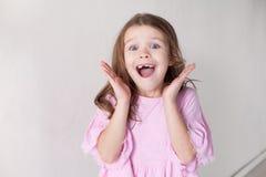 Portret met mooie modieuze meisjes in de ruimte van de huiskinderen stock foto