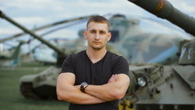 Portret mięśniowy żołnierz w nieformalnym sposobie przy militarną bazą zbiory wideo