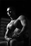Portret mięśniowy mężczyzna obsiadanie Zdjęcia Stock