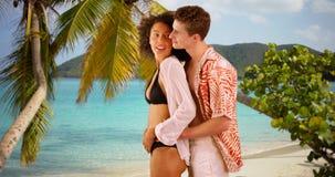 Portret międzyrasowej pary trwanie mienie each inny na Karaibskim wybrzeżu zdjęcie stock