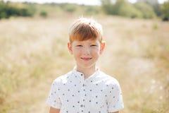 Portret miedzianowłosa chłopiec w polu Fotografia Royalty Free